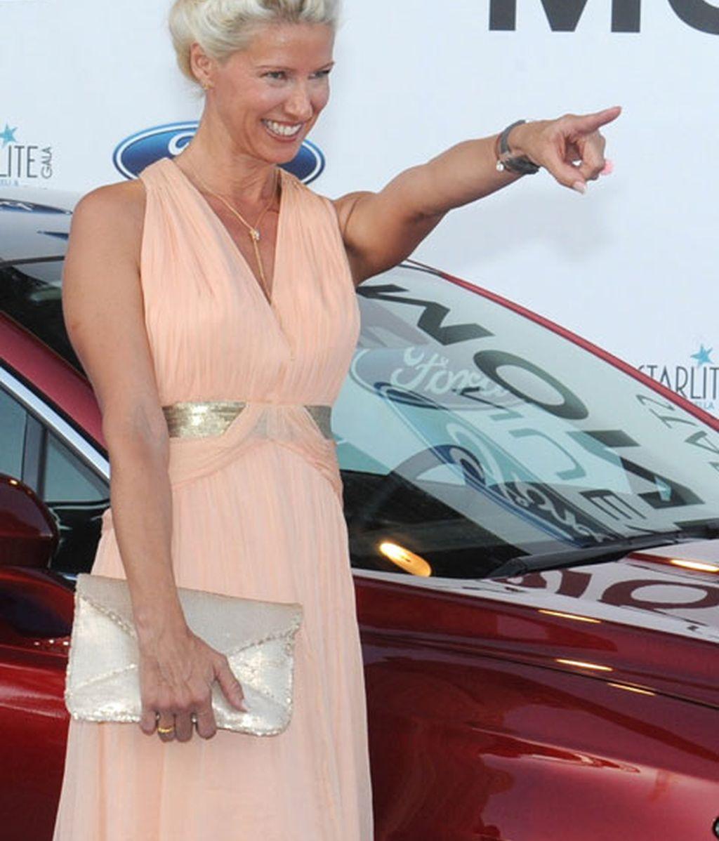 Anne Igartiburu brilló con su vestido rosa salmón