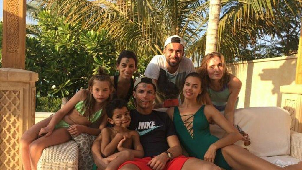 Cristiano Ronaldo, con Irina, y su familia en Portugal