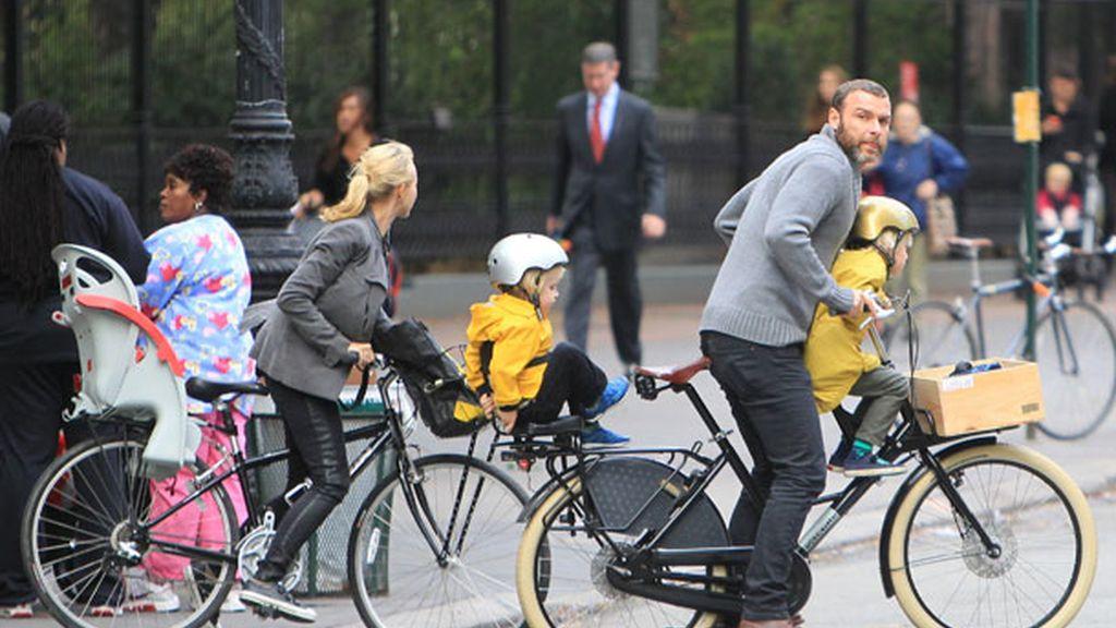 Naomi Watts aprovecha la bici para hacer ejercicio
