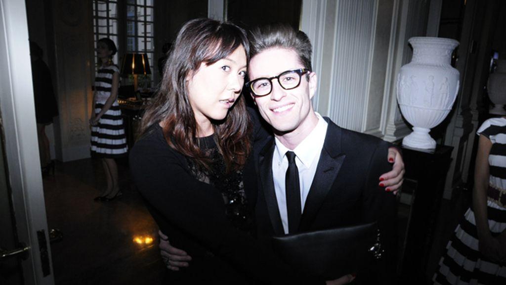 Melania Pan, directora de Harper´s Bazaar España, con Pelayo Díaz, que llevaba traje de Saint Laurent y gafas de Davidelfín