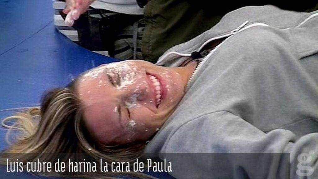 Luis cubre de harina la cara de Paula