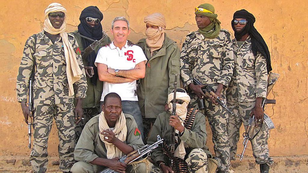 Jon Sistiaga posa junto al equipo de seguridad privada contratada para el reportaje