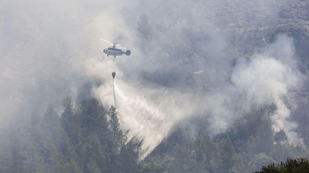 Seis medios aéreos trabajan en la extinción de un incendio forestal en Castellón