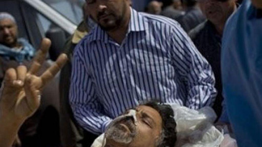 Los médicos trasladan a un herido al hospital de Hikma, en Misrata.