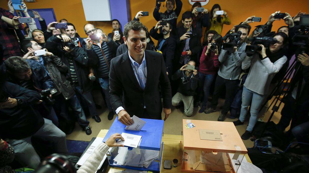 Albert Rivera, candidato de Ciudadanos a la Moncloa, acude a votar en Hospitalet