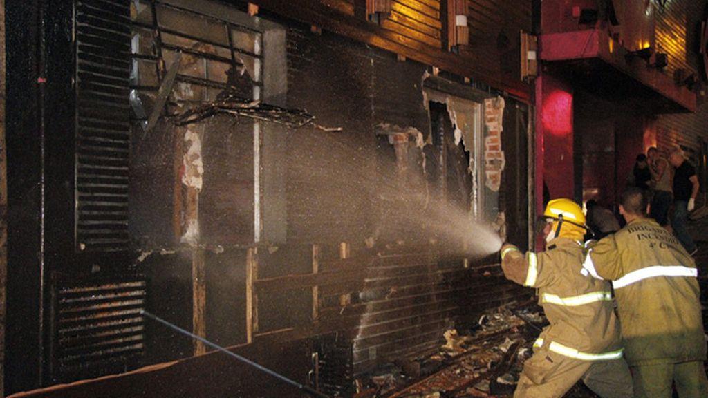 Los bomberos apagando el fuego