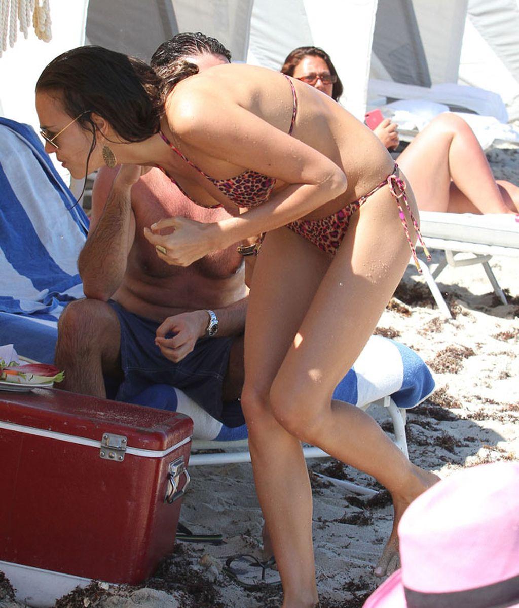 Irina Shayk; jueguecitos en la playa con la modelo Anne Vyalitsyna