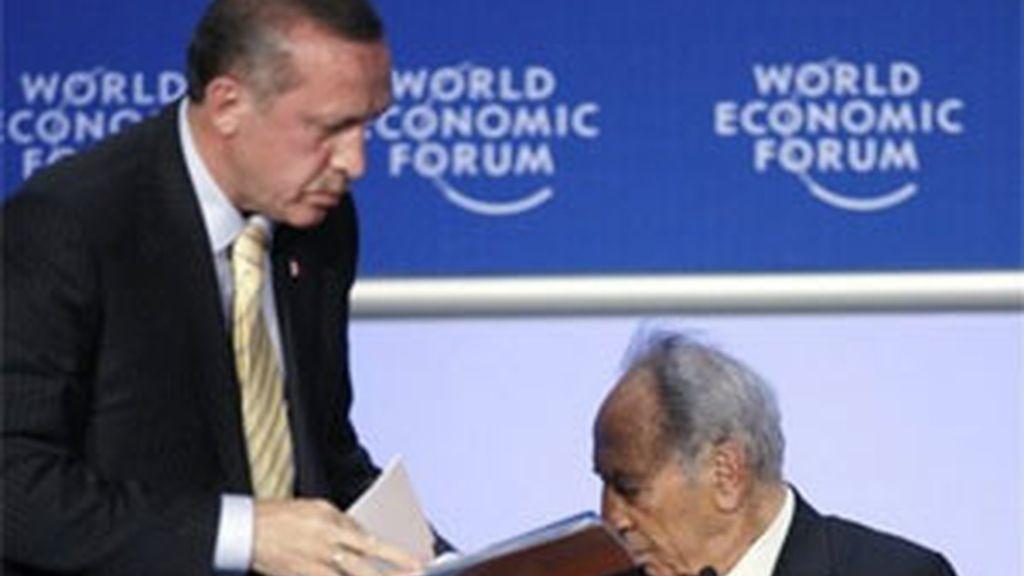 El presidente turco abandona el debate del Foro de Davos tras el incidente con el presidente israelí, Shimon Peres (derecha). Foto:AP