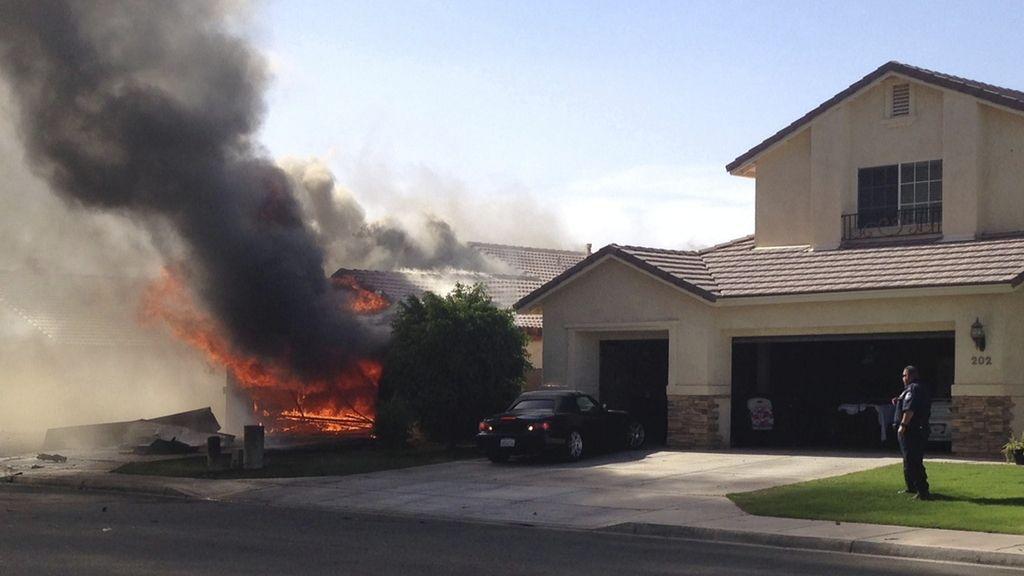 Un avión militar se estrella en una zona residencial en California