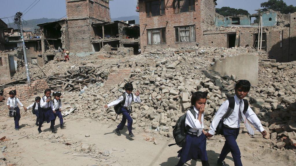 Los niños de Nepal regresan a la escuela por primera vez tras el terremoto
