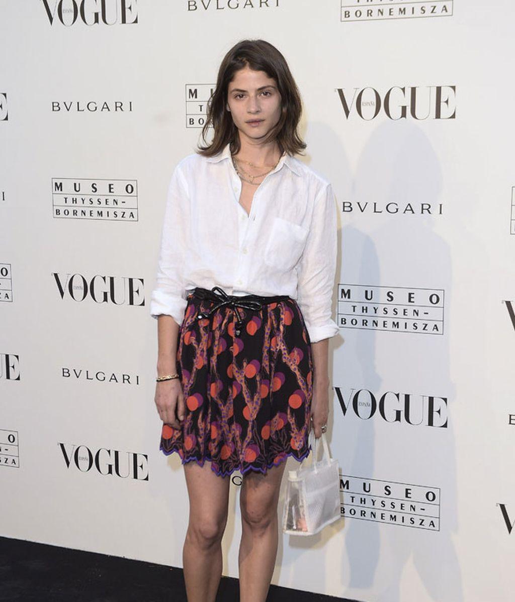 Camisa básica y falda estampada para la modelo Alba Galocha