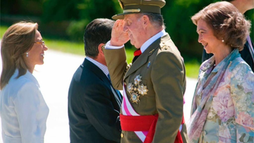 Don Juan Carlos, Doña Sofía y la ministra de Defensa Carme Chacón