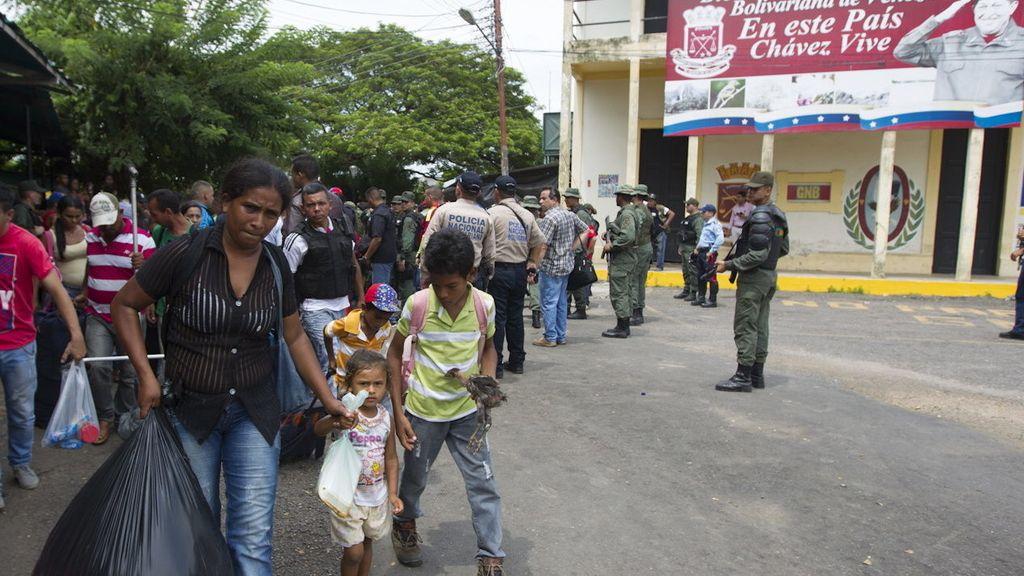 """Un grupo de personas tras cruzar el puente internacional """"La Union"""""""
