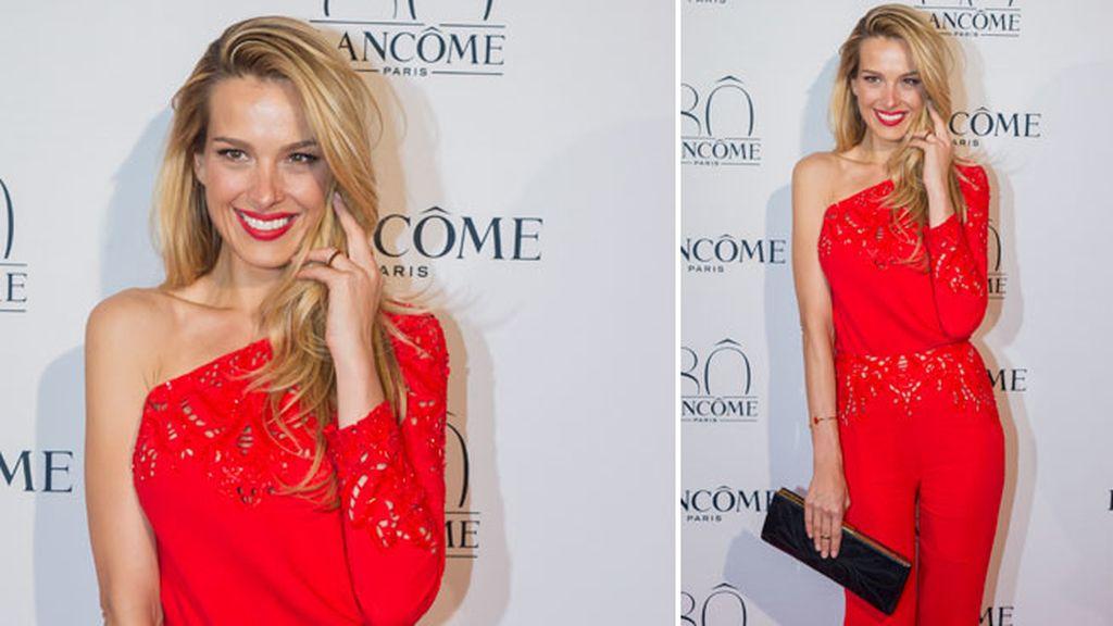 Petra Nemcova combinó el rojo de su 'jumpsuit' con el negro de sus complementos