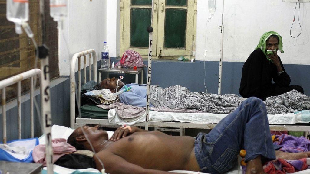 Aumentan a 90 los muertos por consumir alcohol adulterado en India