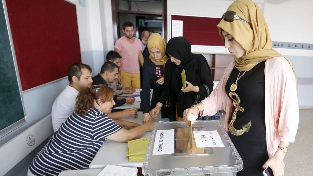 Una mujer deposita su voto en un colegio electoral en Estambul, Turquía