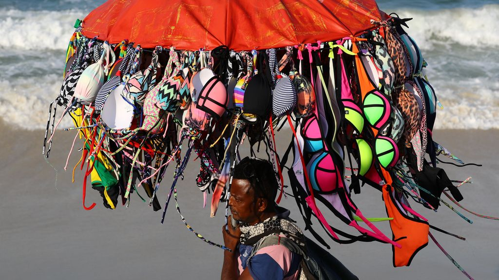 Un vendedor ambulante en la playa Copacabana