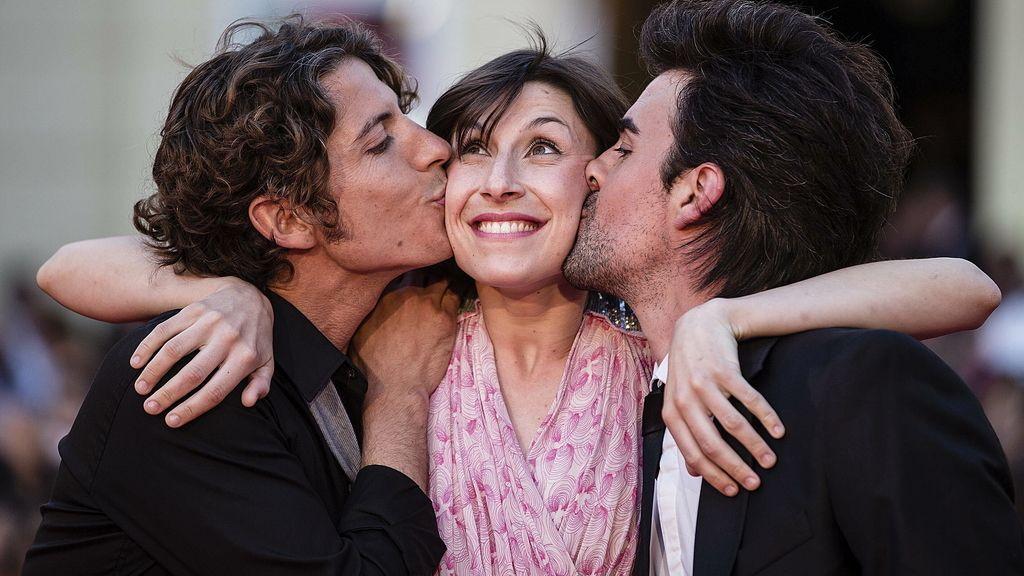 El director Jorge Naranjo y el actor Javier López besan a la actriz Esther Rivas