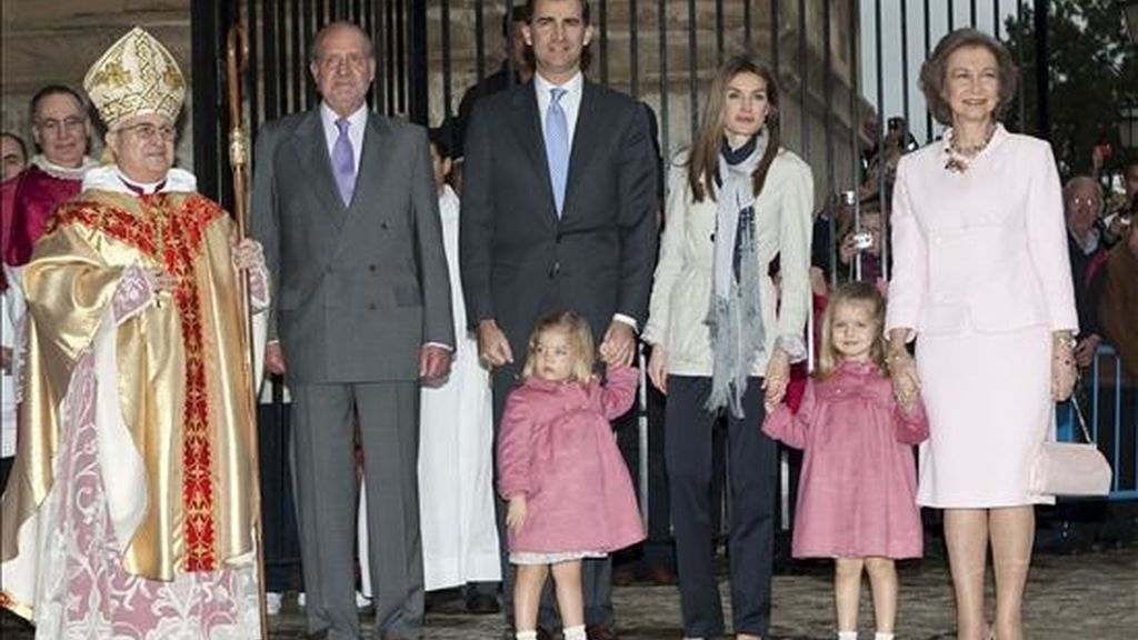 Los Reyes, acompañados de los Príncipes de Asturias, las infantas Leonor y Sofía y el obispo de Mallorca, José Luis Murgui (i), momentos antes de asistir a la misa del Domingo de Resurrección en la Catedral de Palma. EFE