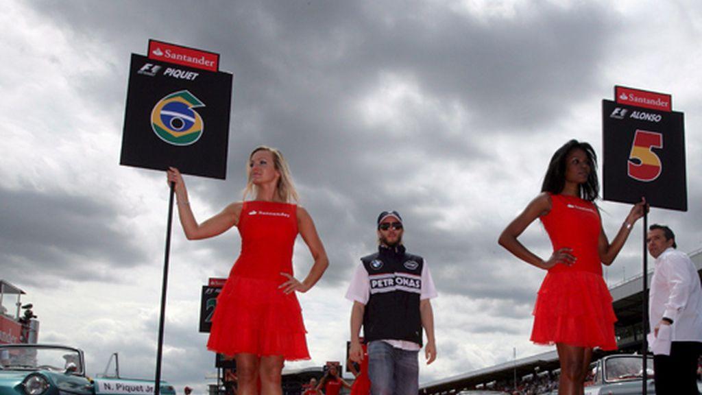 Nick Heidfeld, de la escudería de BMW Sauber, camina por la pasarela de conductores antes del comienzo del Gran Premio