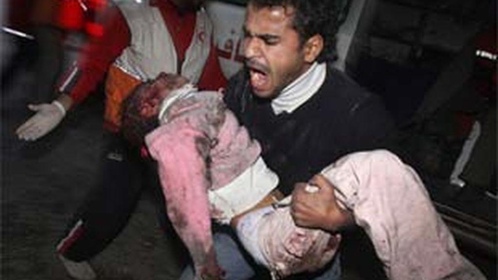 Imagen de archivo de un menor herido en los ataques israelíes en Gaza. Foto: EFE.
