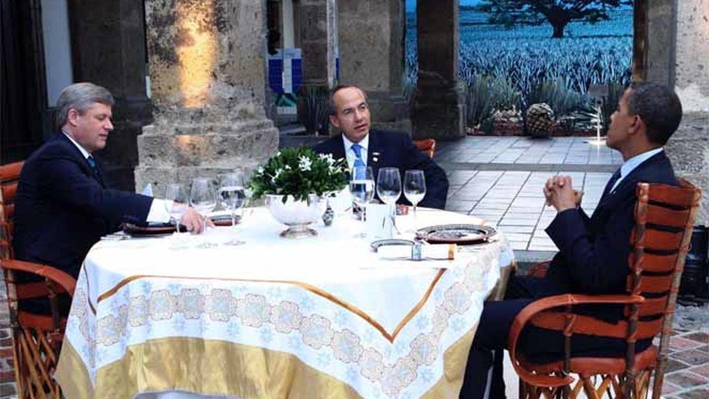 El presidente de EEUU,Barack Obama, El de México, Felipe Calderón, y el primer ministro de Canadá, Stephen Harper, durante una cena en la Cumbre de Norteamércia