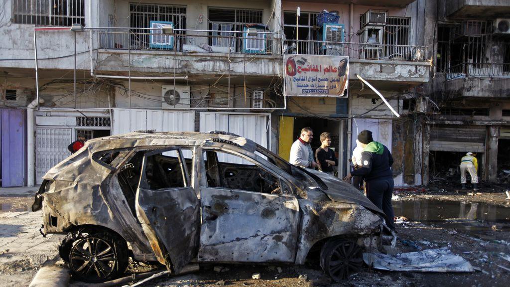 Coche quemado después de un ataque
