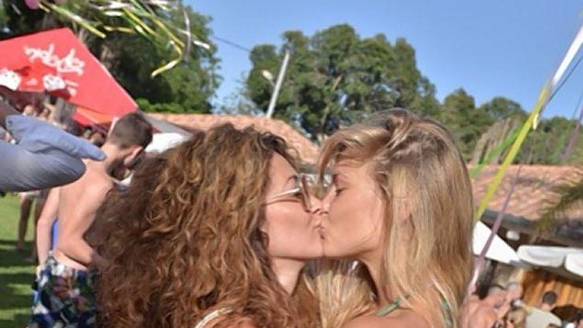 Bar Refaeli y el ardiente beso a una amiga