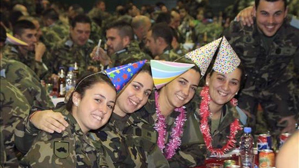 Fotografía facilitada por el Ministerio de Defensa de los militares españoles de la misión UNIFIL de Naciones Unidas (Líbano), durante la celebración del Año Nuevo en la base Miguel de Cervantes de Marjayún, sede de la Brigada Multinacional Este. EFE