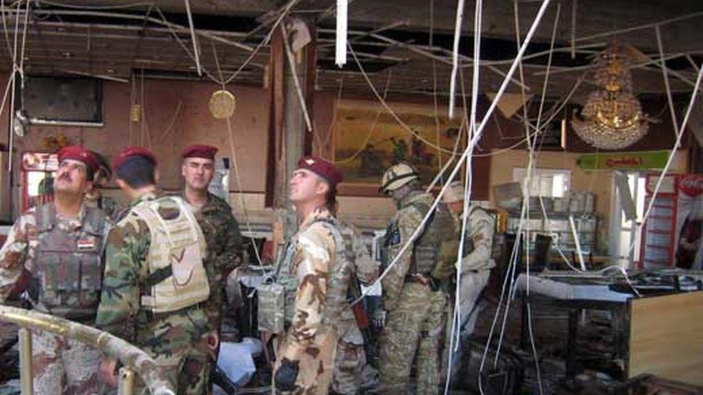 Soldados estadounidenses e iraquíes inspeccionan el restaurante donde un atacante suicida detonó una carga explosiva. Foto: EFE