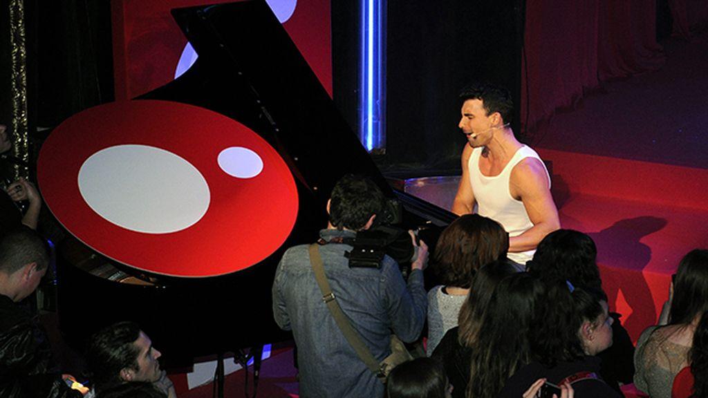 Christian Sánchez, que interpreta a Moisés en la serie, bailó, cantó y hasta tocó el piano