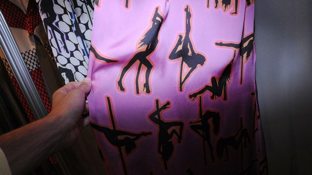Los vestidos de María Escoté escondían un original estampado: unas strippers en plena actuación