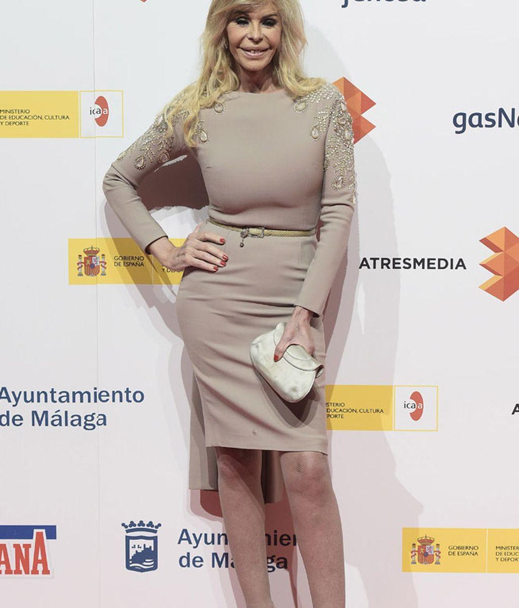 Bibiana Fernandez, que tiene un papel en 'Sólo Qúímica', con vestido beige