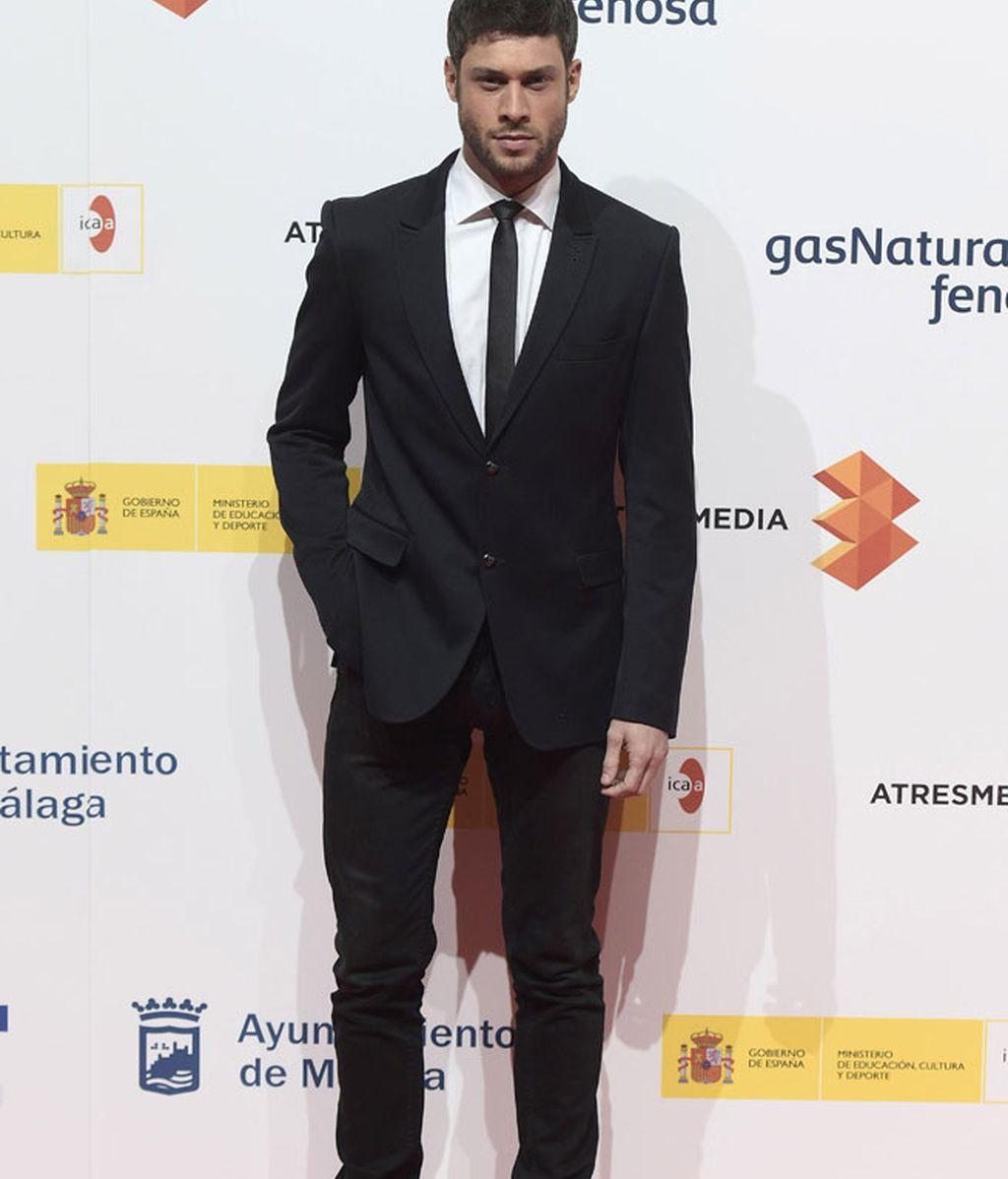 El actor José Lamuño, dándole un toque informal a su look con deportivas plateadas