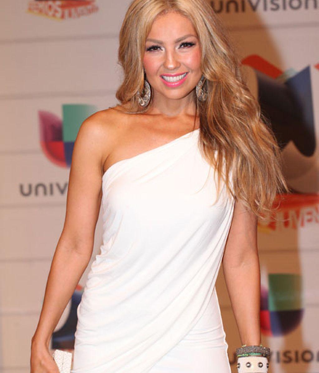 Thalia lució un vestido blanco asimétrico