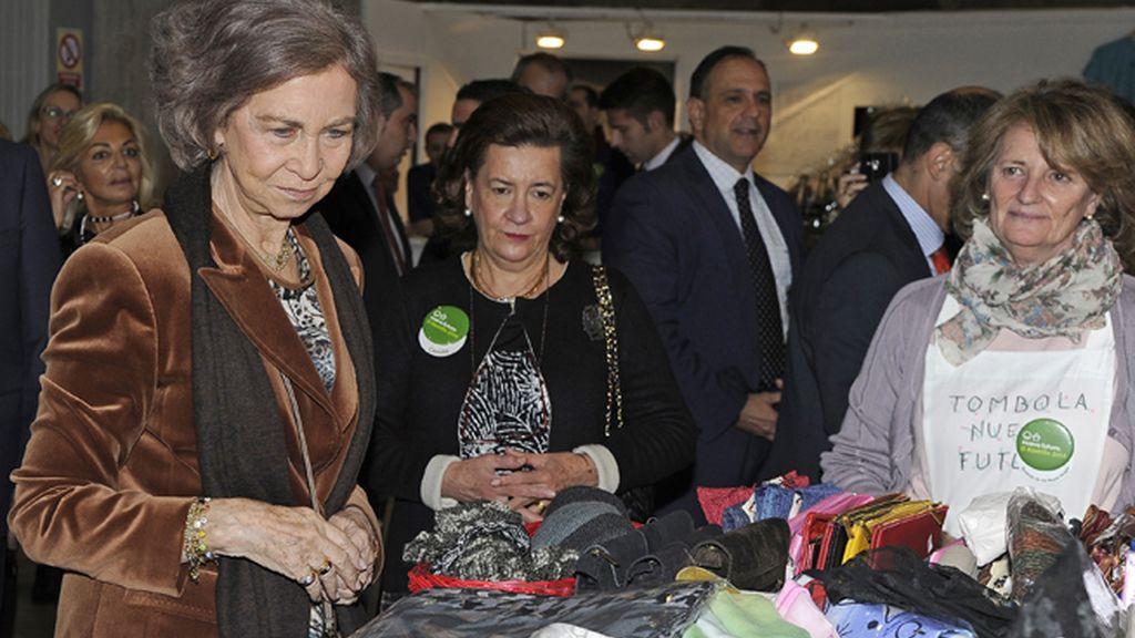 La Reina doña Sofía muy atenta a los puestos de venta