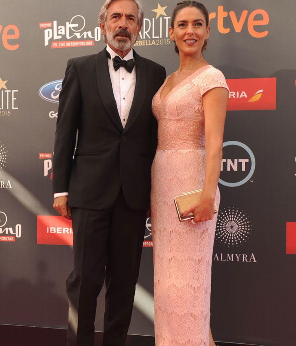 Immanol Arias, presentador de la gala, junto a su pareja Irene Meritxell