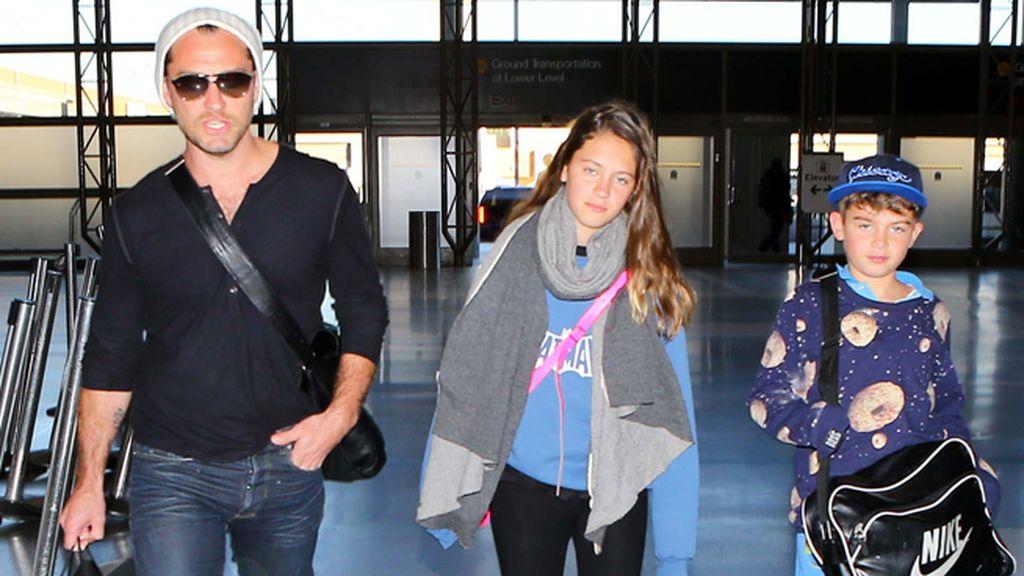 Jude Law e hijos de vuelta a Hollywood cumpliendo con el estilismo de rigor