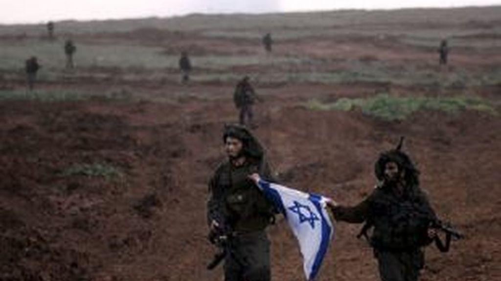 Foto cedida por el ministerio de Defensa israelí (IDF) que muestra a soldados israelíes regresando de la franja de Gaza. Foto: EFE