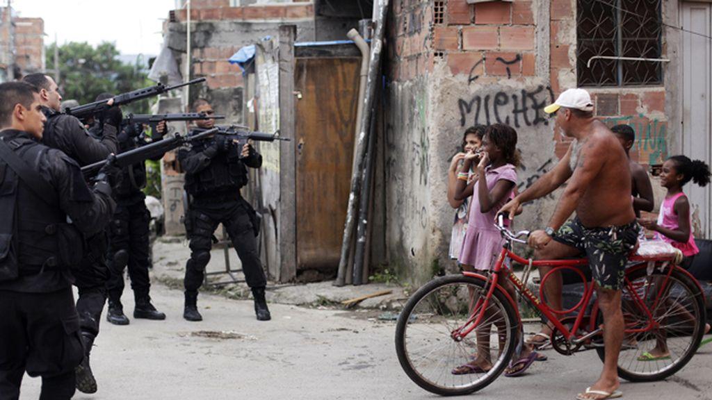Un grupo de soldados interviene en una favela de Río de Janerio en marzo de 2014