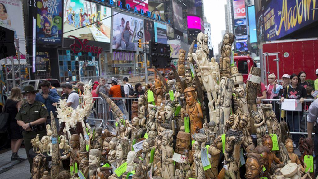 Piezas de marfil en Times Square para concienciar contra el tráfico