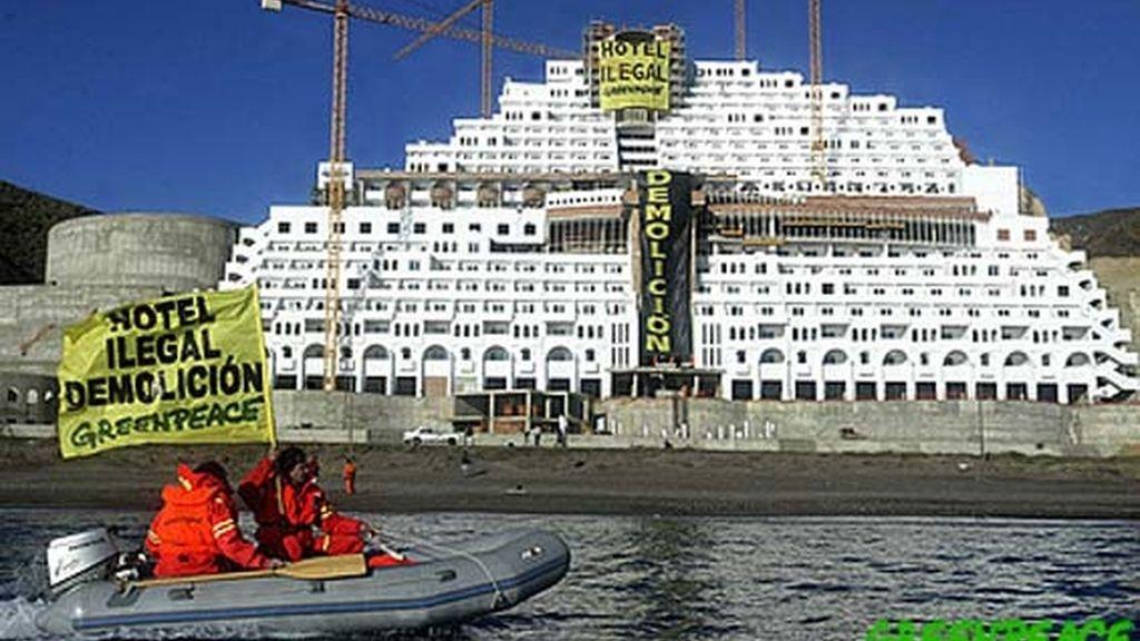 El hotel El Alcarrobico, en Almería fue declarado por varios jueces ilegal, al violar la ley de protección de costas.