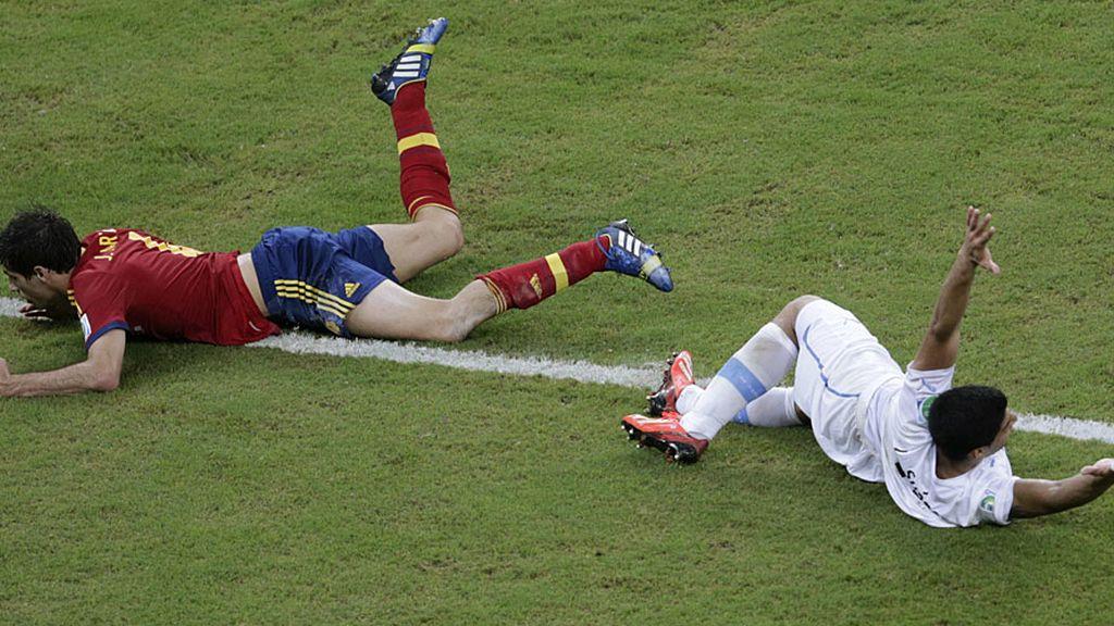 Javi Martínez cae ante una entrada de un jugador uruguayo