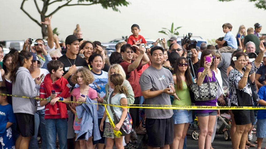 La población local fotografía a la familia