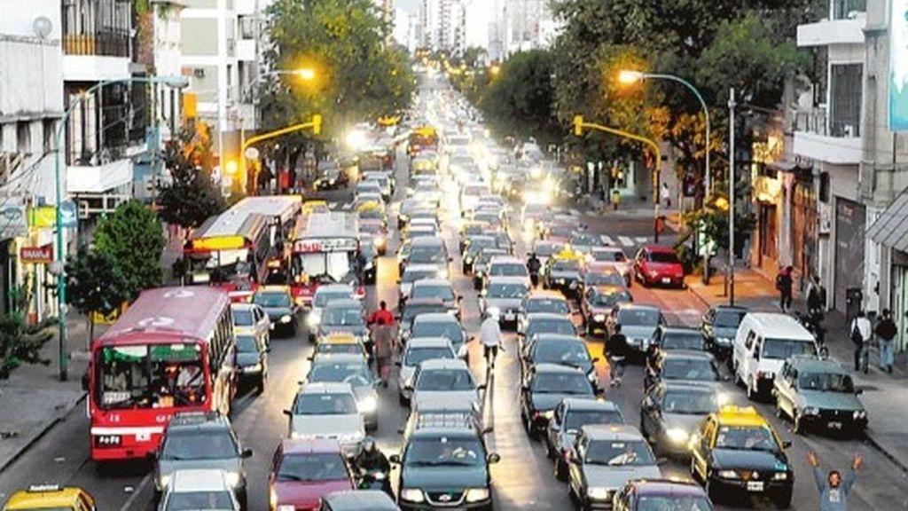Los coches son una fuente de contaminación acústica y atmosférica.