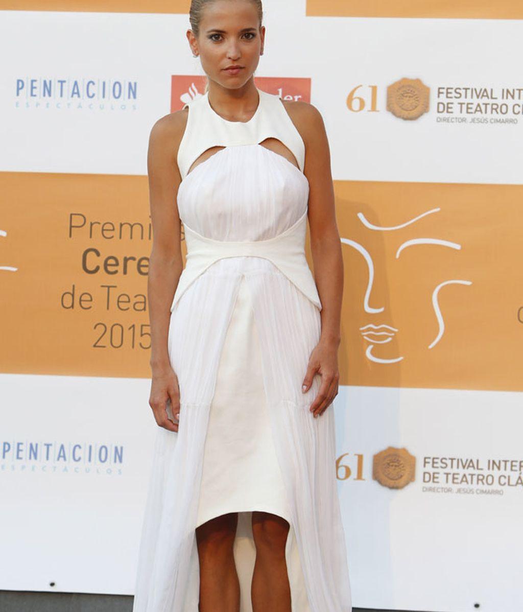 Ana Fernández, con vestido asimétrico blanco