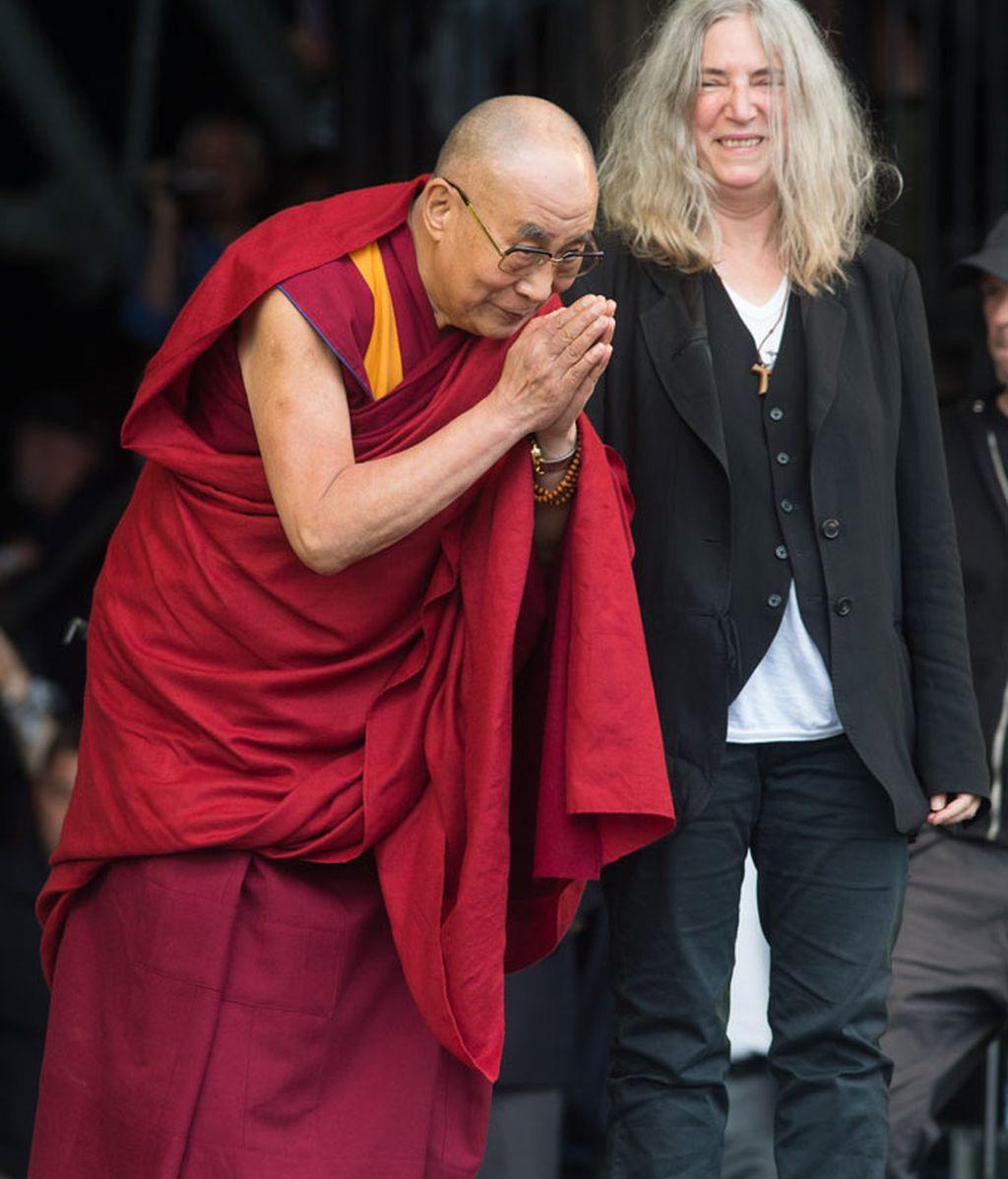 El Dalai Lama en el escenario junto a Patti Smith
