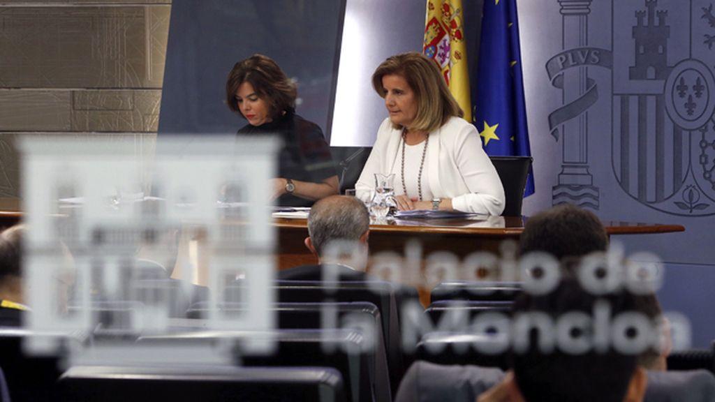 Soraya Sáen de Santamaría y Fátima Báñez tras el Consejo de Ministros