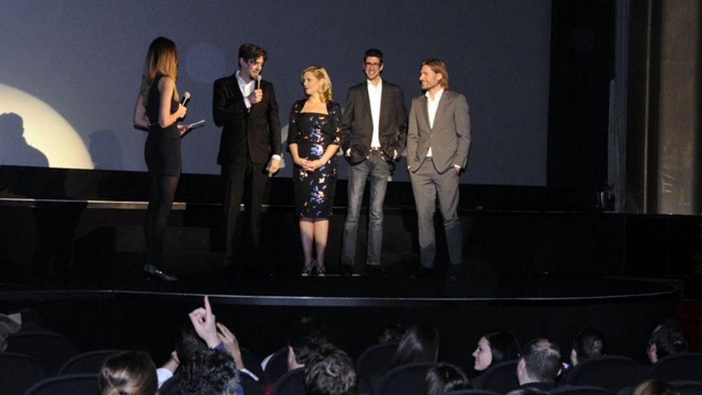 """El equipo de """"Mamá"""", entre el que se echó en falta a la actriz Jessica Chastain, presentando la película en el cine Callao"""