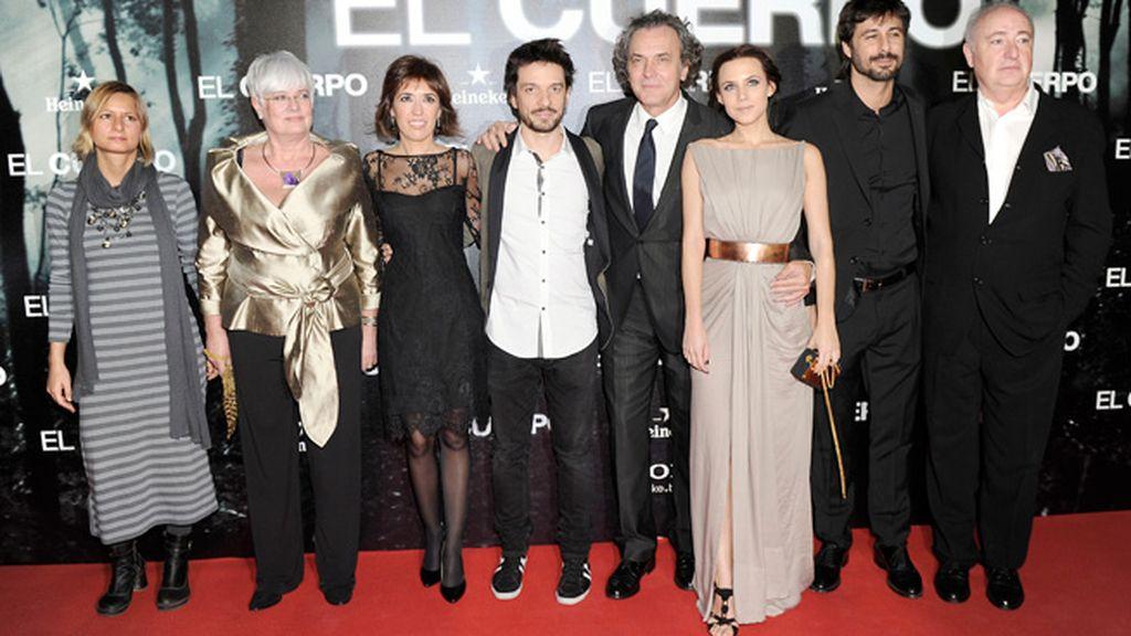 Oriol Paulo, con el equipo de 'El cuerpo'